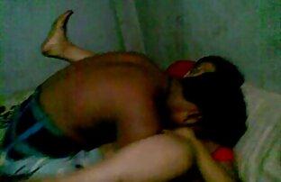 En kraftfull Gammal man, driver tjejer porn en blondin bredvid kyckling